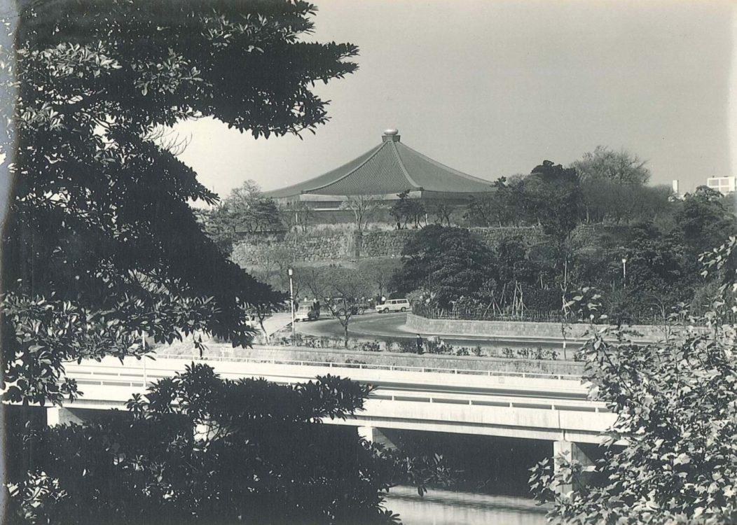 【竣工当時の風景】屋根は銅板の茶色であった。