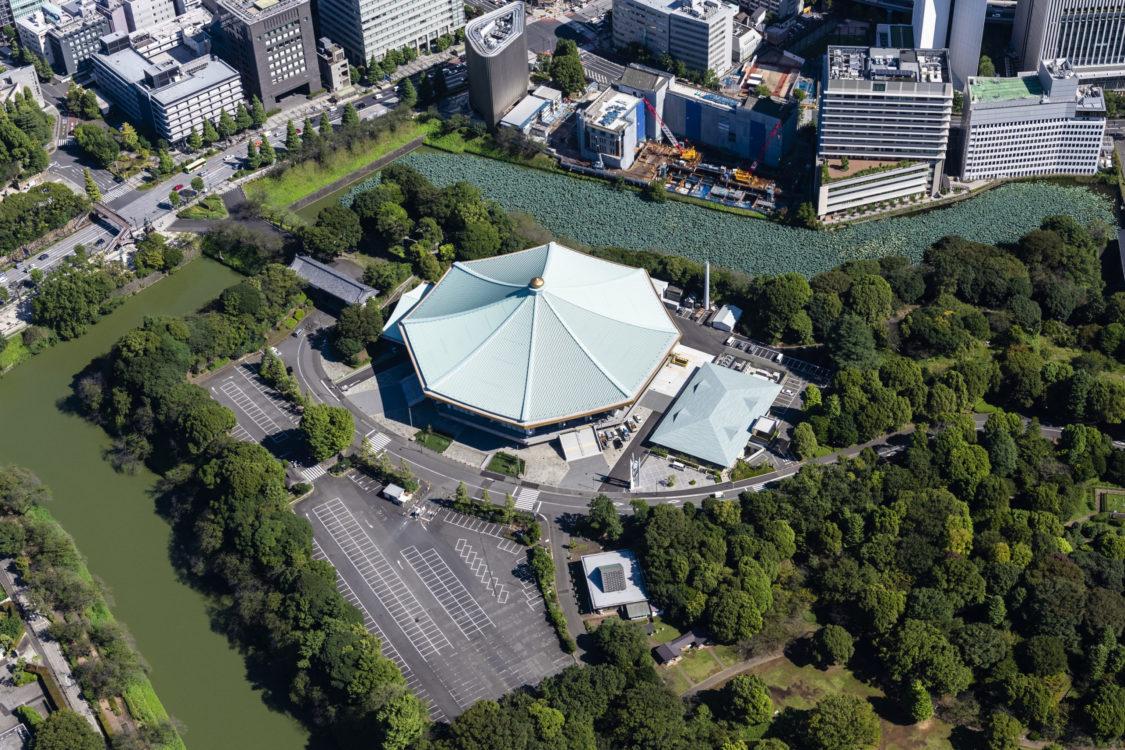 50年前に森林公園と指定された北の丸公園。50年前に植林された木々も育ち、山田守及び当時の工事関係者が思い描いていた風景となった。時間をかけて出来上がった森に浮かぶ日本武道館の大屋根のイメージを継承した。 Kitanomaru Park was designated as a forest park 50 years ago. Trees planted 50 years ago also grew, and it became the scenery that was envisioned by Mamoru Yamada and the people involved in the construction at that time. It inherited the image of the large roof of Nippon Budokan floating in the forest that was completed over time.