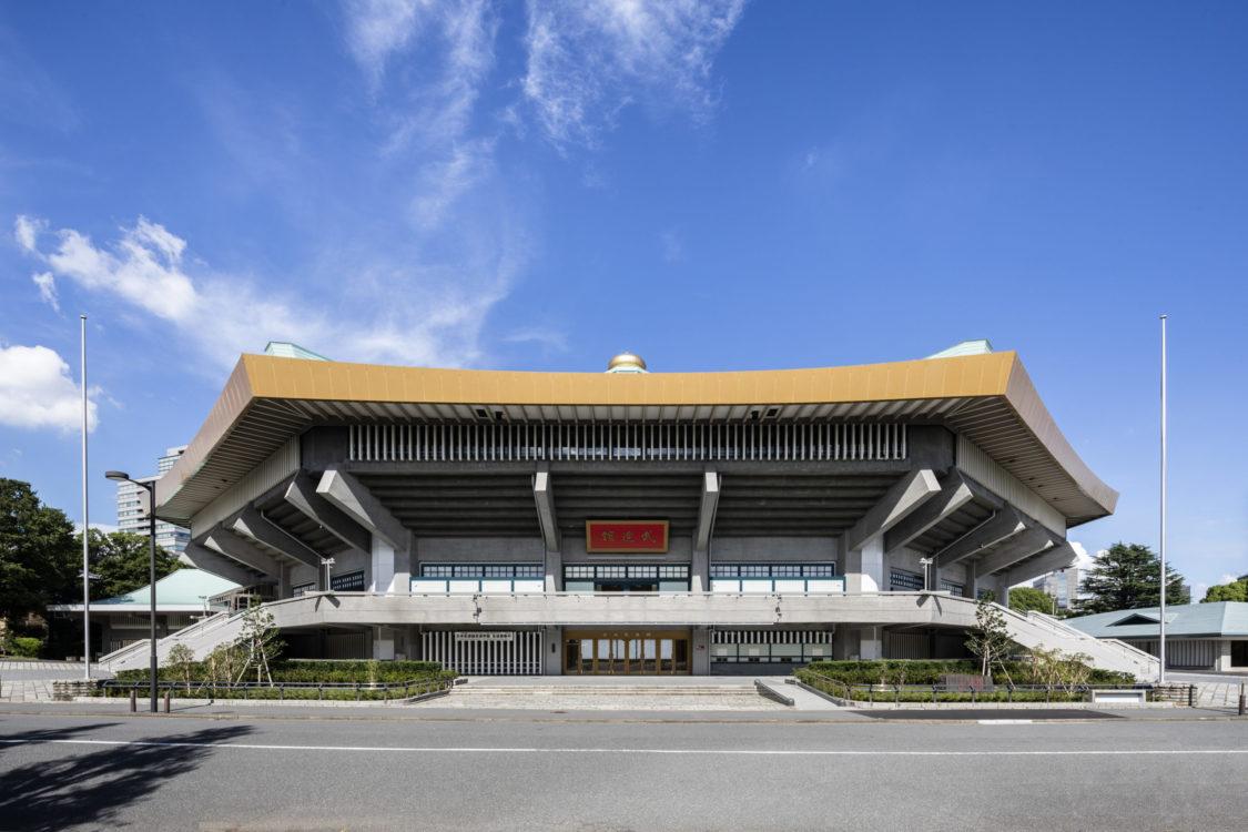 365日の9.5割以上の稼働率で多くの人々から愛されている建築である。日本武道館はあくまでも武道館。建設当初の理念に立ち返り大きく形を変えず、新しい時代を生き抜く力を持つように、細部に装飾するように丁寧に設計を行った。 It is a building that is loved by many people with an operating rate of over 95% in 365 days. Nippon Budokan is just a budō hall. We carefully designed the details so that we could go back to the original idea of construction and not change the form significantly, and keep the power to survive in the new era.