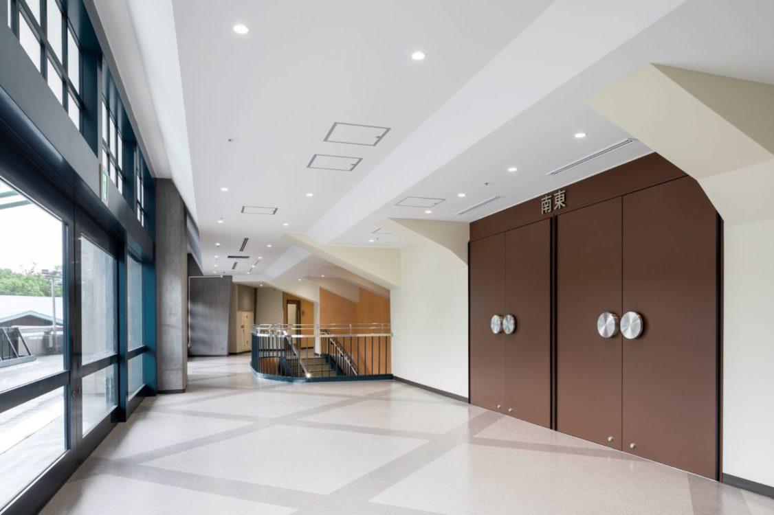 2階ロビーの天井形状は、新設する設備のため、大きく形を変えた。壁の色は、山田守が京都タワーの塔の色でも使用していたミルキーホワイトの色を採用。床は1階のテラゾの床の模様を2階でも採用した。建具の取手などの細かなものに関しても竣工当時と同じ形状を継承や復活をさせる方針とした。 The ceiling shape of the lobby in the 2nd floor has changed significantly due to the new equipment. The wall color is the milky white that Mamoru Yamada used for Kyoto Tower. For the floor, the pattern of the terrazzo floor on the 1st floor was adopted on the 2nd floor as well. About small items such as the handles of fittings, the policy was to inherit or revive the same shape as when it was completed.