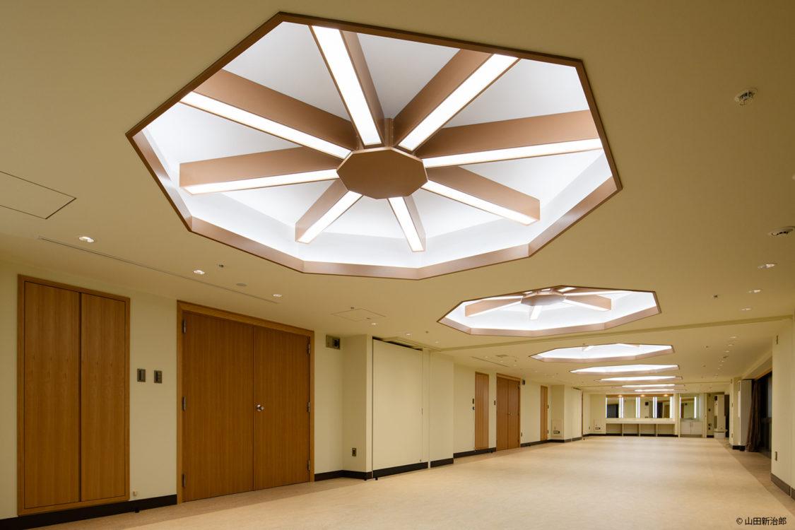 山田守のデザインに配慮した八角形の特徴ある折り上げ天井とした。撮影:山田新治郎 The octagonal folded ceiling was designed in consideration of Mamoru Yamada's design