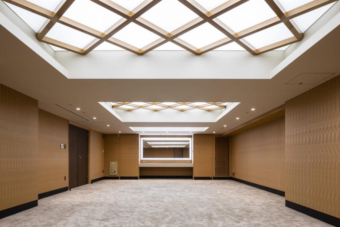 控室の壁には、サクラ材の天然木突板シートを使用することで不燃を確保し、構造上のスリーブの制約等を既存躯体の精度により目地割をなくす形で空間に木質化を図った。また、既存スリーブ・新規の設備を丁寧に調整し空間をまとめ上げた。 The walls of the waiting room are made of wood veneer sheet that is covered with natural cherry wood to ensure non-combustibility, and structural sleeve restrictions are made into wood by eliminating joint splits due to the accuracy of the existing skeleton. In addition, the existing sleeves and new equipment were carefully adjusted to create a space.
