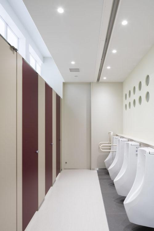 竣工当時では予想ができなかった女子トイレのニーズを解消するため、トイレの各所に、トイレの個数を調整する切り替え扉を設置した。最大で1.4倍の女子トイレの個数を増やせるようにすることで女子トイレ不足の解消を目指した。また、特にトイレ関係はLGBTの方はじめ多様な来場者に配慮し、性差を感じない色彩とした。 In order to solve the unpredictable needs for women's toilets at the time of completion, switching doors were installed at various places in the toilets to adjust the number of them. We aimed to solve the shortage of women's toilets by increasing the number of them by up to 1.4 times. In addition, especially for toilets, the colors are designed so that there is no gender difference in consideration of various visitors including LGBT people.