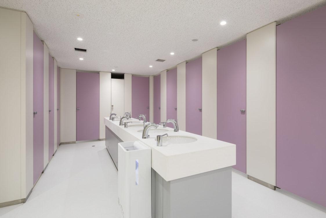 竣工当時では予想ができなかった女子トイレのニーズを解消するため、トイレの各所に、トイレの個数を調整する切り替え扉を設置した。最大で1.4倍の女子トイレの個数を増やせるようにすることで女子トイレ不足の解消を目指した。