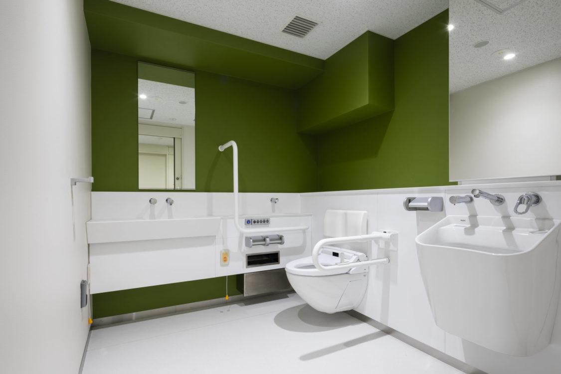 さまざまな利用者に配慮し、タイプの異なる男女共用トイレを増設した。LGBTの方にも気軽に利用できるようにした。