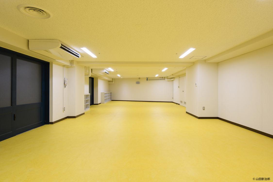 天然素材から作られた 抗菌効果があり断熱効果も高いリノリウムの床材を選定することにより、裸足で使う選手に配慮した。撮影:山田新治郎
