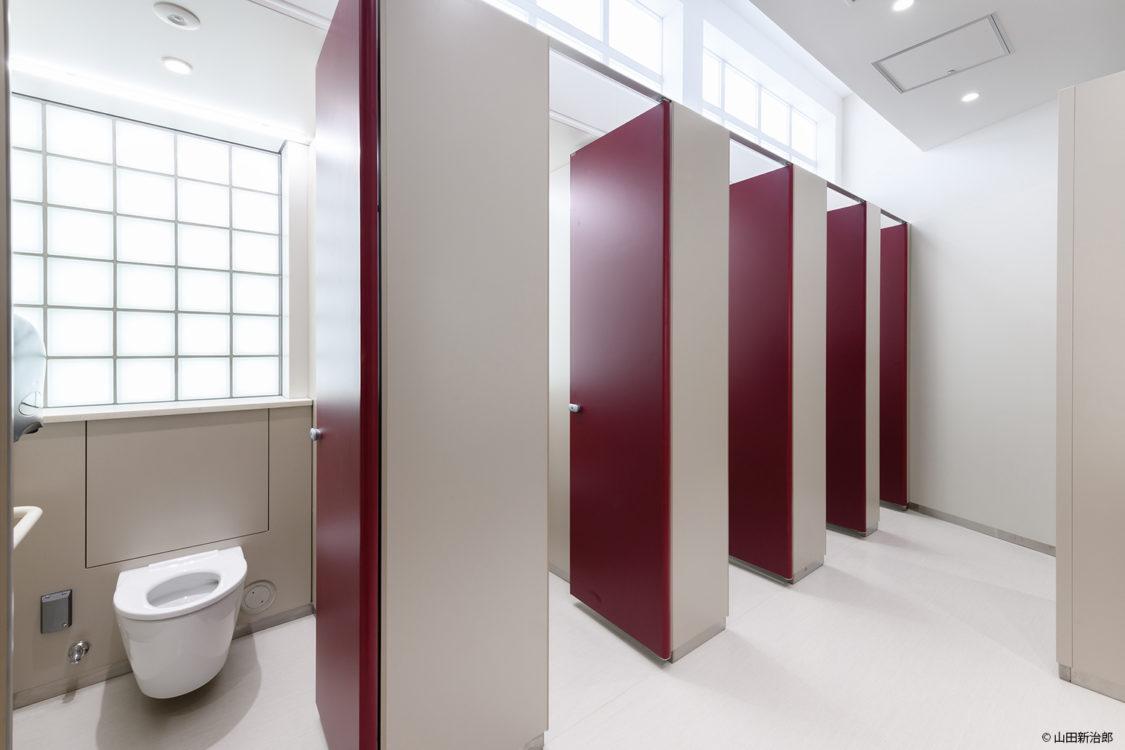 上部の欄間からも北の丸公園の光がは いる明るいトイレとなっている。撮影:山田新治郎