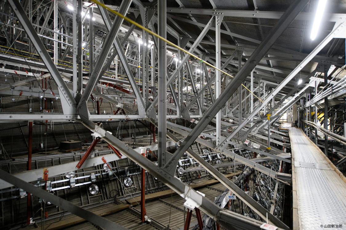 追加補強を行った大道場の天井裏。撮影:山田新治郎 The reverse side of the main dojo ceiling with additional reinforcement.