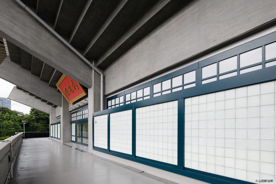 2階のサッシのデザインのイメージを継承し、ガラスブロックを採用することで機能と意匠の両立を図った。  撮影:山田新治郎