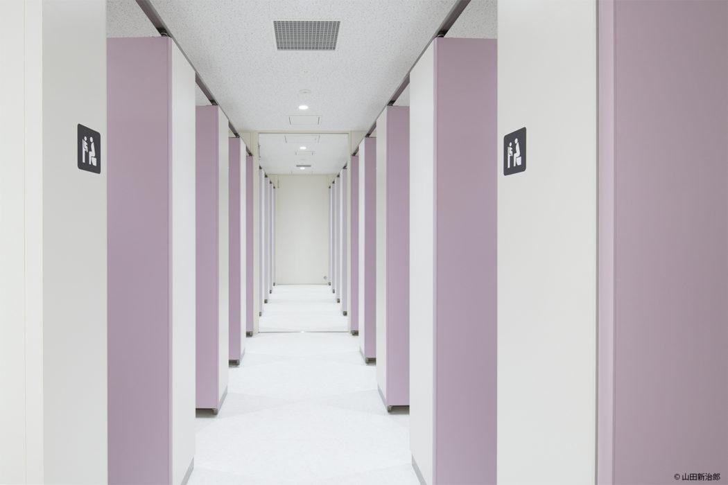 【男女の比率が変更可能なトイレ2】トイレブースの扉はグラデーションのように変化をつけ比率が変化したときにも違和感がないデザインとなっている  撮影:山田新治郎