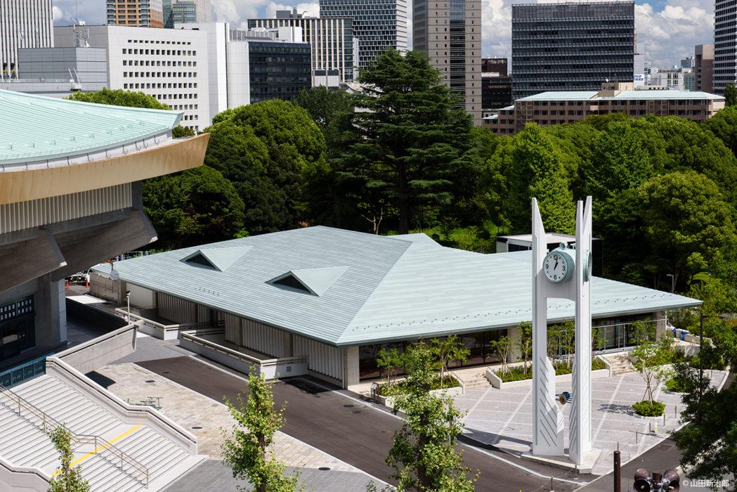 屋根には僅かなむくりがついている。 撮影:山田新治郎
